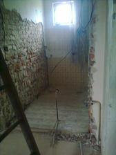 a začínáme bourat a budovat....vrchní wc,musíme ho přifouknout,ať se nám tam vleze i sprcháč