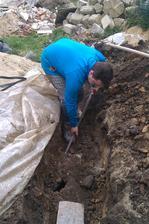 to jsme zjistili,až jsme začli kopat. No tak aspoň máme nové potrubí do žumpy :-D
