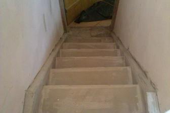 původně staré dřevěné schodiště do patra,teď v perlince a pak dlažba