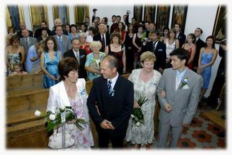 svatebčané v kapli
