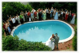hromadné foto u bazénu