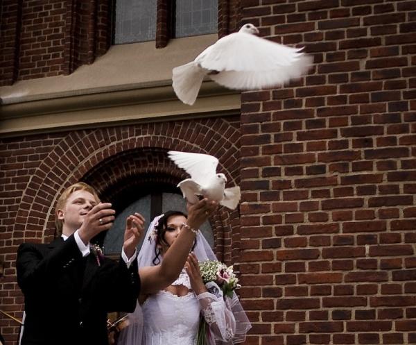 Niečo pre inšpiráciu pre budúce nevestičky... - vypúšťanie holubíc pred kostolom