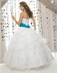 Niečo pre inšpiráciu pre budúce nevestičky... - svadobné šaty zo zadnej strany