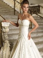 detail svadobných šiat ako z rozprávky