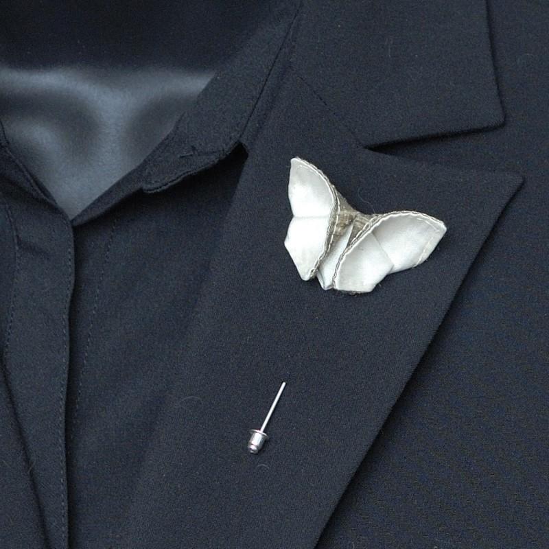 Svadba inšpirovaná krásou motýľov - pierko pre ženícha