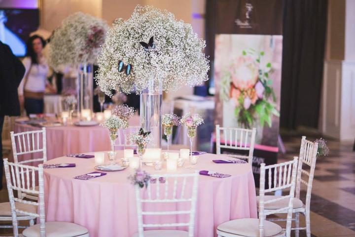 Svadba inšpirovaná krásou motýľov - kvetinová výzdoba na stoloch