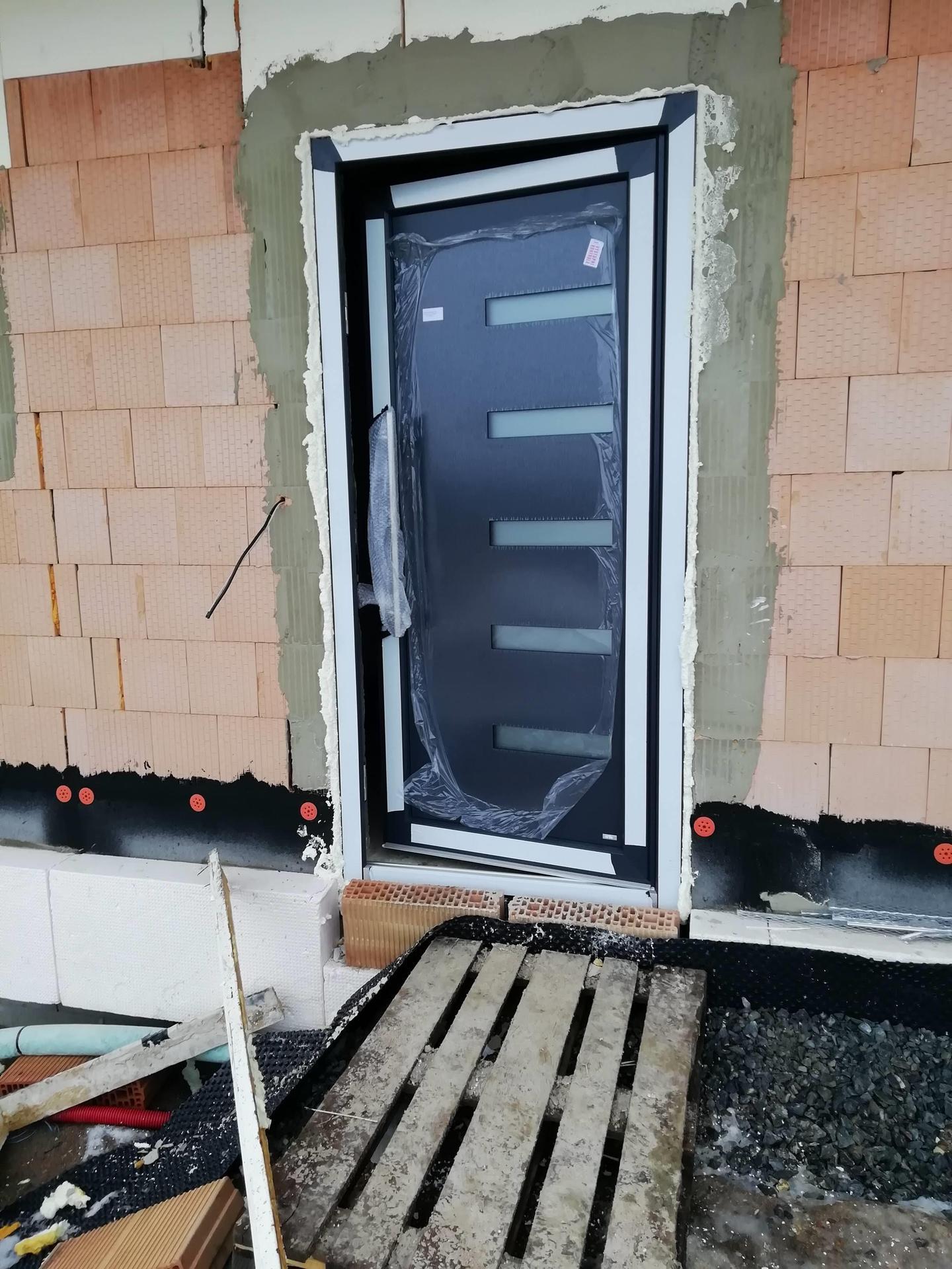 Náš dům na větrné hůrce - Dorazily dveře z Pramosu.