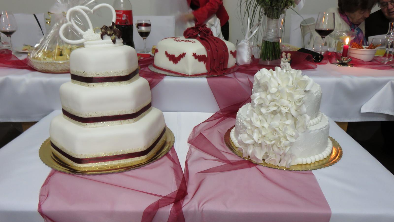 K{{_AND_}}V - Vzadu tortička od najúžastnejšej svokričky, trojposchodová od bratrancovej žienky(superžienky) dvojposchodová od kolegu :-)