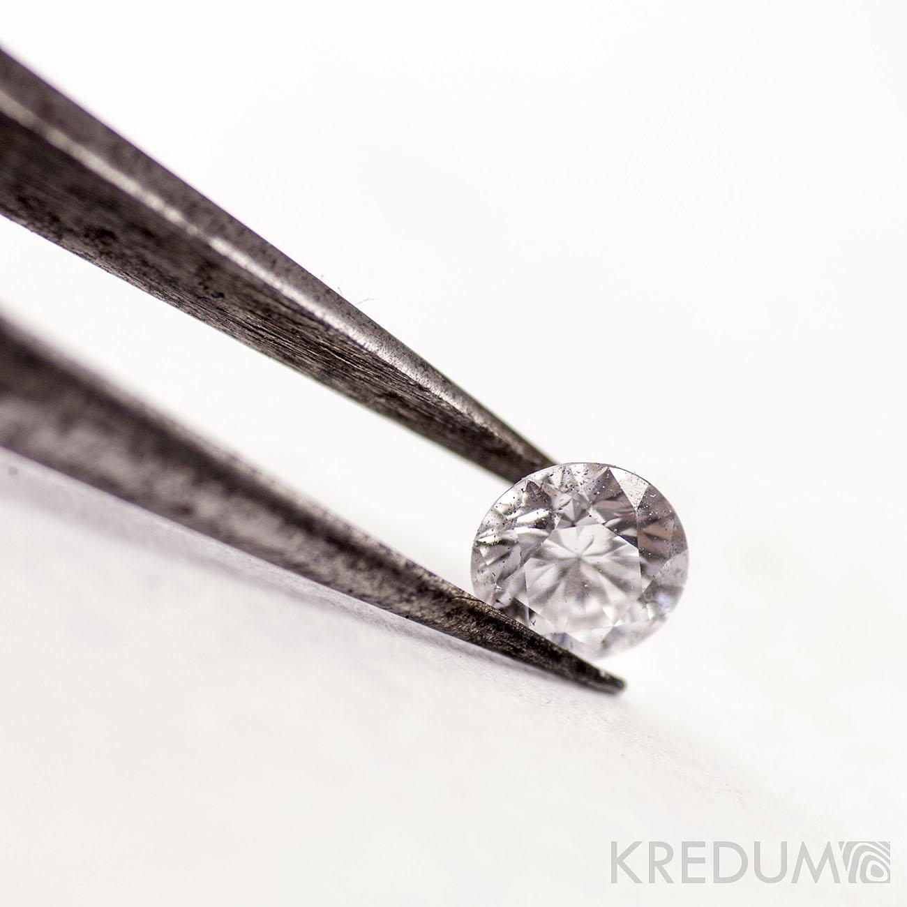 Jak se rodí hvězda, aneb když sedíte za stolem a potí se vám záda - Diamant, když jej vyndáte z ochranné obálky.