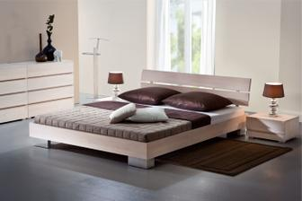 světlá postel a nábytek - super