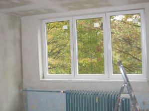 ložnice s novými okny a nově omítnutá