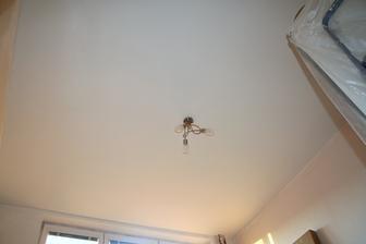 strop už je hotov. Můžeme se vrhnout na malování a tapetování zdí :)