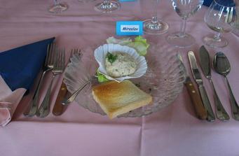 chody: předkrm-kuřecí salát s koprem, pak nudlová polévka s játrovými knedlíčky, ryba pangas s bramborem, kachní prsa na medu, panenka s hříbkovou omáčkou a bramborovou plackou a na závěr gorgonzola s hroznovým vínem a ořechy - všechno bylo mňam!! ob