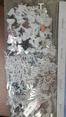 konfety na stul,