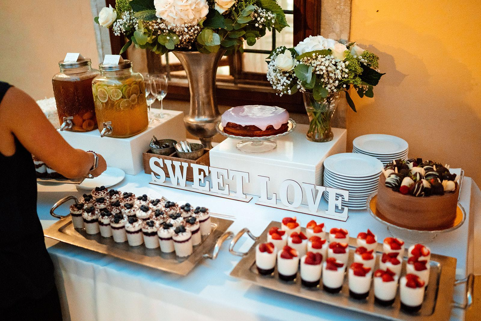 Dobroty na Candy Bar - Foto: https://ivanbustor.com/weddings/. Realizácia: www.castel.sk