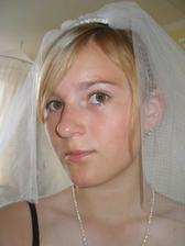 falešná nevěsta v podání mladší sestřičky)