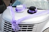 Fialová výzdoba na auto - klobúky,