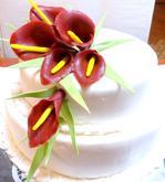 svatební dort (1.patro vanilkový krém, 2.patro čokoládový krém) s marcipánovými květy kaly