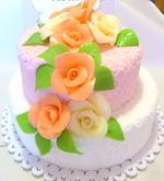 svatební dort 1.patro ořechová náplň, 2.patro pudinková náplň s ovocem, potažený marcipánem, marcipánové růžičky