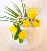 svatební dort 1.patro čokoládový krém, 2.patro ořechový krém, potažený marcipánem s čerstvými květy růží