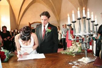 Ženich kontroluje, zda se podepisuji správně :-)