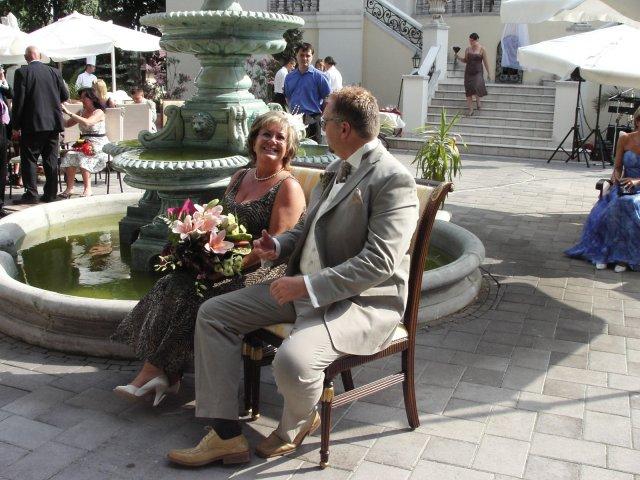 Zuzana{{_AND_}}Christopher Henry Millard-Burda - chris na mna caka sediac vedla mojej mamky