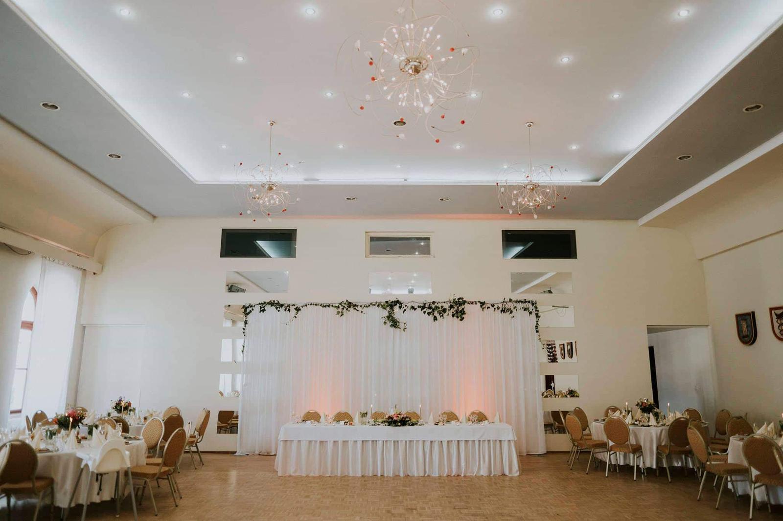 Svetelné steny za mladomanželský stôl - Svetelná stena 3x6m bez volánov, ktorú si môžte jednoducho ozdobiť presne podľa Vašej výzdoby.
