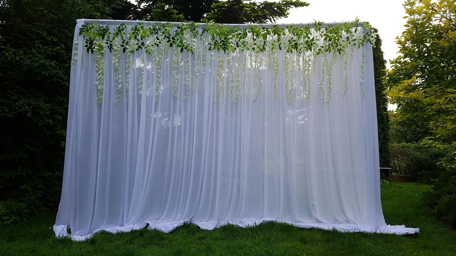 Svetelné steny za mladomanželský stôl - Svetelná stena 3x3m s umelými kvetmi. Na fotke nieje osvetlenie, ale to je samozrejme v cene.