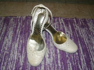 moje topánočky....ale ešte neviem či ich budem mať ku svadobným alebo len na prezutie ale zamilovala som sa do nich na prvý pohľad
