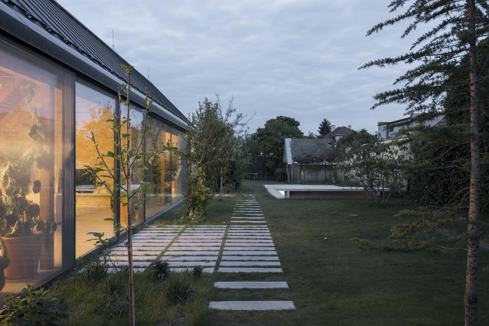 Moderní dům ze zrecyklovaného zdiva - Obrázek č. 2