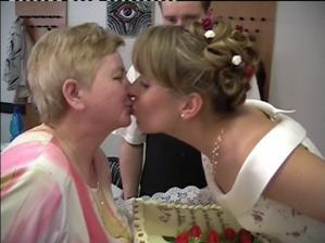 Předání dortu za ženicha
