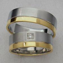 objednané - jen barvy zlata obráceně. Širší bude žluté zlato a bílé zlato uzké. A diamant  :)
