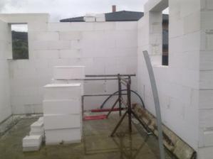 sem se vleze technická místnost (vpravo) a malá koupelnička (vlevo)