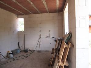 toto se rizdelí příčkou tam, jak je koště. Vlevo bude koupelnička, vpravo technická místnost.