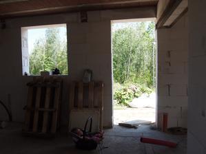 vstup do baráku  a vlevo je okno do technické místnosti