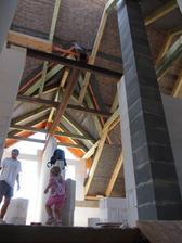 pohled z půlky provizorních schodů (bude to pohled na dveře do děských pokojů)