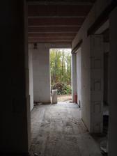 pohled od schodiště ke vstupním dveřím, uvidíme, jestli zádveří uzavřeme nebo ne (podle velikosti)