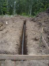 položili jsme zemnící pásek - revizák potvrdil, že má být ve styku s půdou, tak bude až vespodu