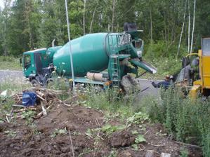 za pumpou přijela i míchačka s betonem