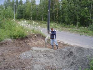 zbyly 3 kolečka betonu, tím jsme si prozatím zpevnili nájezd