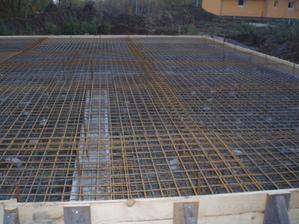 dvě vrstvy kari sítí 5cm nad zemí a 5cm pod hladinou betonu