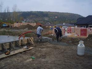 zbytek betonu se vylil vedle, tak ho chlapi roztahali, aby pak šel podebrat bagrem nebo tak něco