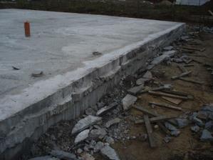oříznutý nadbytečný beton, spodek se ještě oseká