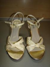 Perfektní botičky k vanilkovým šatům, a za pár kaček;-)
