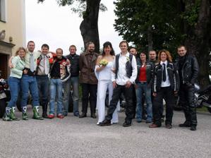 S našimi skvělými kamarády...jedna z posledních fotek za svobodna:-)
