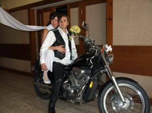 Na motorce jsme se přiřítili až do restaurace:-)