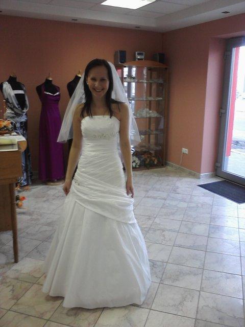 19. jún 2010 - NÁŠ DEŃ - svadobné šaty :) jednoznačne tieto :) sadli mi ako uliate :) v jednoduchosti je krása :)