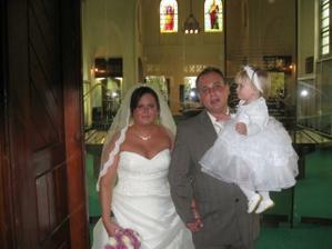 Už manželé - vycházíme z obřadní síně s naší princeznou