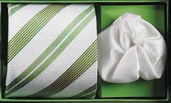 ... a k tomu kravata laděná také dozelena