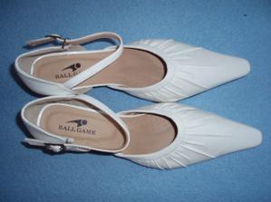 moje botky  (díky blesku vypadají čistě bílé, ale to bohužel úplně nejsou)